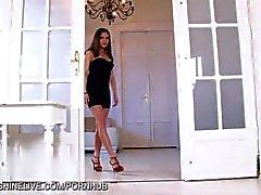Bellezza ideale corpo Brunette diteggiatura figa stretta nel vano della porta