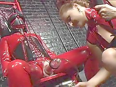 Dominatrices de BD pièce des la torture de latex rouge et noire dans ce donjon du sexe