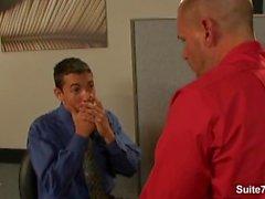 Söt homofile näven på kontoret på jobbet