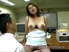 immenso il segretario giapponesi impilato ottiene la figa capelluto dalle dita sul lavoro
