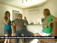 De deux sluts excitants à domicile demandent un type qu'ils boivent