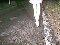 Fanny del CD caminar con fuerza en tacones gasolineras blancas en una carretera pública
