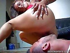 Mistress blir riktigt kåt som hon får hennes röv slickas