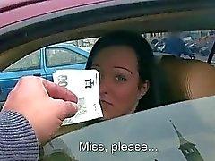 Natali do sexo azuis dentro de seu automóvel para dinheiro vivo