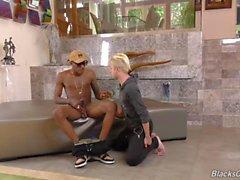 Blonde Twink ruft von einem Homosexuell schwarzen Kerl hart gefickt