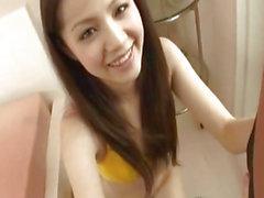 Del RINA Koizumi ha Asian teen in bikini giallo ottiene figa capelluto stimolato con le dita