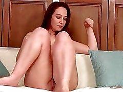 Erittäin viettelevä punapää kotirouva masturboi sohvalla