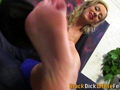 Babe gives kinky foot tug