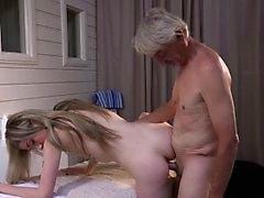 Versauten dünne Mädchen gibt Opa volle erotische Massage