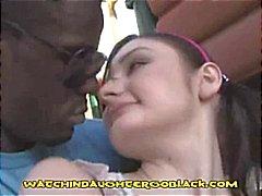 Küçük esmer o etrafında dudaklarını sarmak için çalışan bir büyük siyah horoz alır