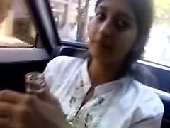 Индийская девушка нарушает минета в машине