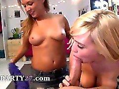 Due ragazze che di college corneo fumare enormi