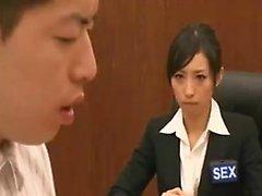 Babe giapponese insaziabile ottiene la figa pelosa dita e
