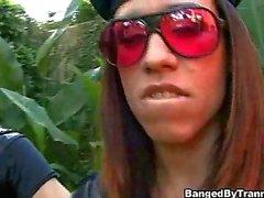 Schmutziger Schläger wurde im Munde cum und wird durch Polizisten verhafteten Transsexueller