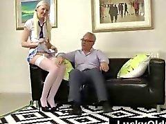 Blonde школьницей в чулочках полоски для старой британской парня