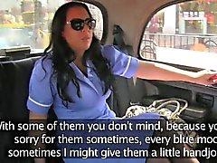 Infirmière à gros seins prend soin de les conducteurs robinet à l'arrière