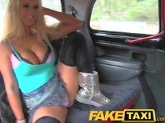FakeTaxi Erwachsene Fernsehstar entführt Taxifahrer