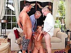 Hot adolescente Raylin Ann chupa tres viejas pollas mens