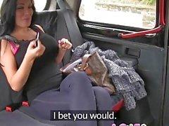 Aşk Creampie Busty brit dansçı taksi arka koltukta iç cesaret yük alır