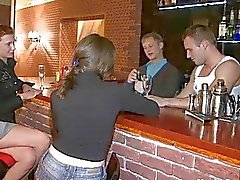 Dronken tiener kuikens ongeveer genageld in de bar