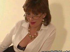 Footfucking Signora Sonia dà il suo giovane amante un blowjob