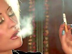 Hot Sexy Rubia tetona En solitario de fumar y burla