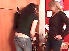 Lesbiche stupefacenti giocano con dildos e sucks