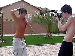 Gay boys giocosi di cazzeggio davanti al telecamera da esterno
