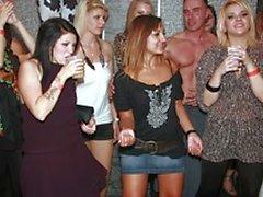 Mädchen haben mehr als Spaß in diesem riesigen Sex-Party