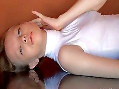 Küçük göğüslü ince kız ovuşturarak clig