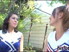 Två foxy cheer ha viss lesbisk kul