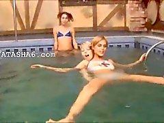 Drie Slowaakse teenies in het zwembad