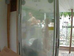Wilde Hänselei babes gefilmt Aprilscherze auf einer Boots