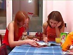 Masha en Ivana tieners plassen op wc