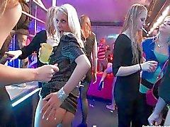 As lésbicas se divertir no clube do