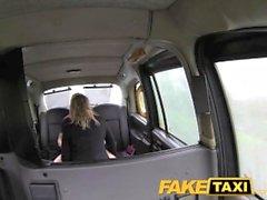 FakeTaxi Swinger Paar es auf der Rückseite des Taxi auf