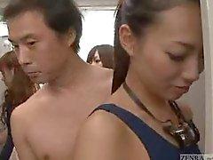 Visibile uomo nudo delle donne stanza dell'armadio