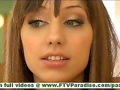 Risi schattige brunette met brede glimlach knipperen slipje en knipperende kutje en speelde kut in het openbaar