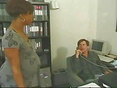 Ébano grávida leva galo branco no escritório