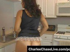 Itaatkar Big Tit MILF Charlee Chase, büyük bir horoz için hizmetçi!