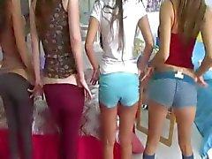 Kaksi nuorta college tytöt nauttivat Dicks