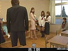 Japanilainen koulutyttö puhaltaa kukko ja saa hänen pillua survotaan ja tunnustelin