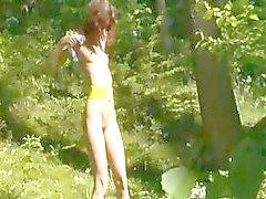 posando buceta na floresta