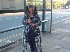 Paraprincess di esibizionismo all'aperto e a lampeggiare dalla sedia a rotelle esposizione bambino