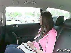 Morena estudiante la busty follada por en taxi falsa públicamente