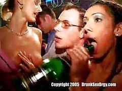 Betrunkene Girls in heißen Orgy an der Party