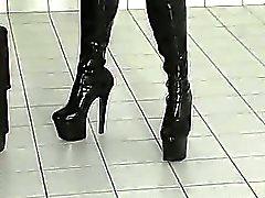 Slim ruskeahiuksin slavegirl käytetään sekä harjoitteli