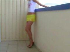 Jeune fille suce et baise sur un balcon