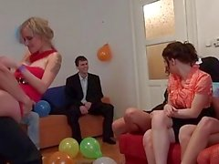 Reiz verdammtes Mädchen an einem Bday Partei
