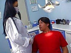 Sexy Latina hammaslääkäri vittuile hänen potilaan